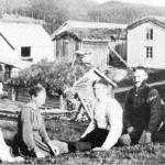 Nordituggo Aftret ca. 1922. Fra venstre Peder O. Aftret, Trøa, Olga Aftret Berge, Haldo P. Aftret, Nils P. Aftret og Peder N. Aftret.