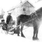 Før 1930 var det ingen bilveg til Sjøbygda. Her ved Sjøvik i Vikvarvet ble bilen parkert og Arnt J. Storodd tar over med Brunen og spiss-sleden.