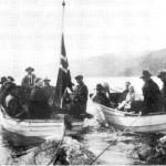 Gravferd med båt i Renåvika. Bildet er fra ca. 1930 og Valdemar Varmdal og Ole G. Renå er båtførere.