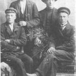 Floringer fotografert av Schjeflo i Trondheim (i 1907!). Fra v. Peder O. Hegseth, Barutbakken, d. 1911, 28 år, Einar Bjerken, til Amerika i 1907, Arnt Bjerken, til Amerika i 1910, og Peder P Bjerken, som senere tok over heimplassen her.