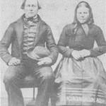 De nygifte Torsten Persen Heggset og Mali Kristensdt. Evjen fotograferte seg i Trondheim våren 1866, på veg til Amerika, der de bosatte seg i Fergås Falls i Minnesota.